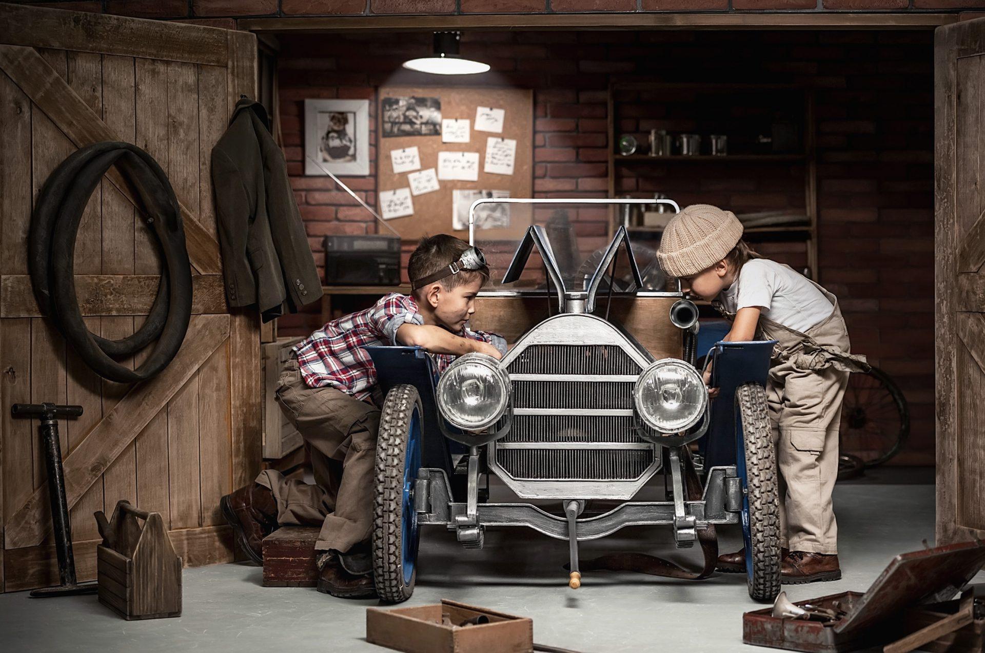 Zwei Kinder arbeiten an einem Fahrzeug